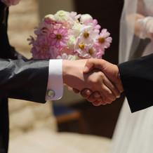 父と夫の握手を式場で