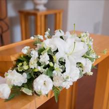 チャペルのメインテーブルの装花