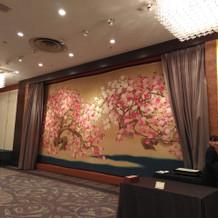 朱雀フロアの壁。桜。