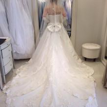 ドレスの裾の広がり方が綺麗