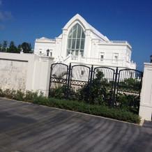 白い教会と青空