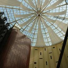 ホテルのエントランスの天井