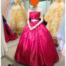 美女と野獣コーデに合いそうな赤いドレス