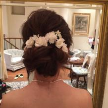 髪飾りは生花にし5000円ほどかかった