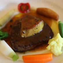 フォアグラが添えられたステーキがメイン