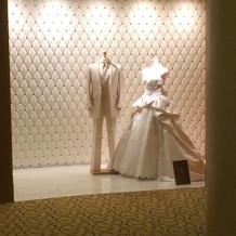 ウエディングサロン前のドレス
