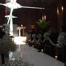 天井がガラスで反射して十字架が現れます