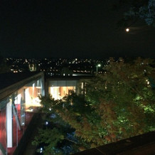 夜は庭園がライトアップされ、綺麗です。