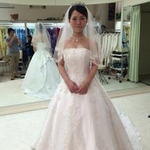 Aラインのパールのついたドレス。