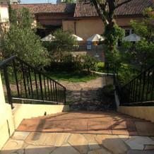 挙式会場からガーデンへの階段