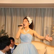 急に歌い出す花嫁