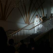 階段から下へ降りて登場します。