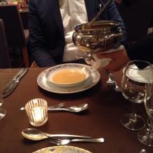 スープを一皿ずつ酌んでくれる