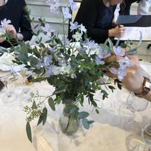 エスコートフラワー達がテーブルのお花
