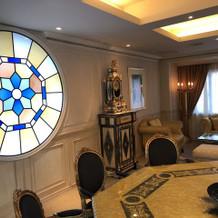 2階個室。ステンドグラスが素敵
