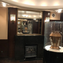 1階エントランスホール奥の暖炉