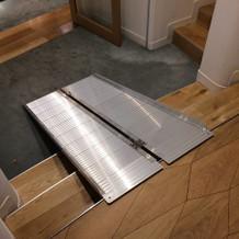 控え室前の階段。車椅子用スロープ。