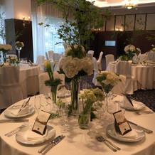 披露宴会場は緑と白のお花が素敵でした