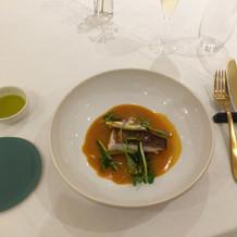 メインのお魚。左のお皿はパン用。