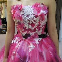カラードレス 胸元の装飾