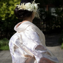 白無垢には生花の髪飾り