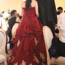 レトロで可愛い赤ドレス