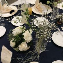 テーブルの上の花は専門のスタッフが飾付け