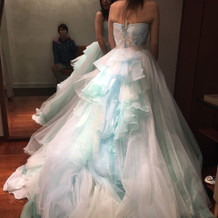 バックスタイルが綺麗な水色のドレス