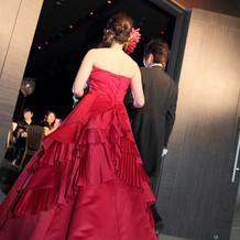 カラードレスです!髪にはダリアの生花を。