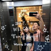 エレベーターの鏡に担当者の方がデザイン
