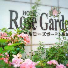 本館入口。薔薇とハーブで迎えてくれる。