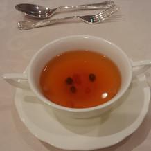 スープはお席で、よそってくれます、