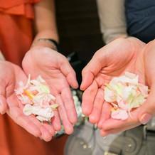 ゲストからお花の祝福で感激。