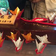 ケーキにも自分達が折った祝い鶴を