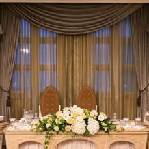 窓があるゲストハウス風の披露宴会場。