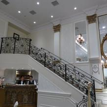 片側の階段は出入口・スポットライなしです