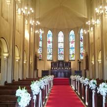正面のステンドグラスが綺麗な大聖堂