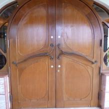 チャペル扉が閉まった状態