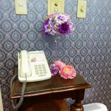 控室の電話の様子。お花が飾られてます