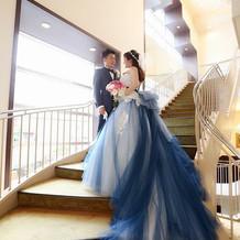 シャンデリアと螺旋階段で写真撮影