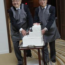 ケーキ入場はサプライズで両父にエプロンで