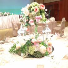 高さもあり豪華なゲストテーブル装花