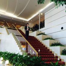 新郎は赤い絨毯の大きな階段から入場
