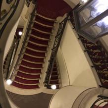真っ赤な絨毯の階段