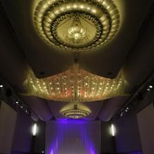 会場も広くまた、天井が高い