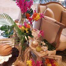 新郎新婦ソファ横の装花