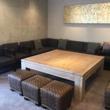 待合室です。大きなソファーとテーブル