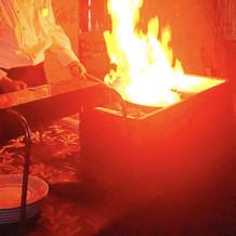 肉を焼く様子は迫力があります。
