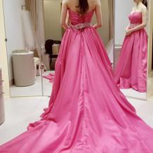 ビビッドなピンクドレス