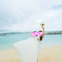 ビーチ撮影でお姫様だっこの写真です